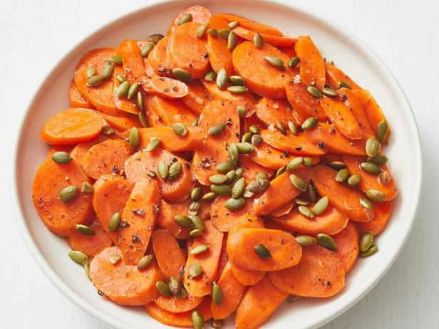 Фото Глазированная морковь с тыквенными семечками
