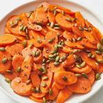 Глазированная морковь с тыквенными семечками