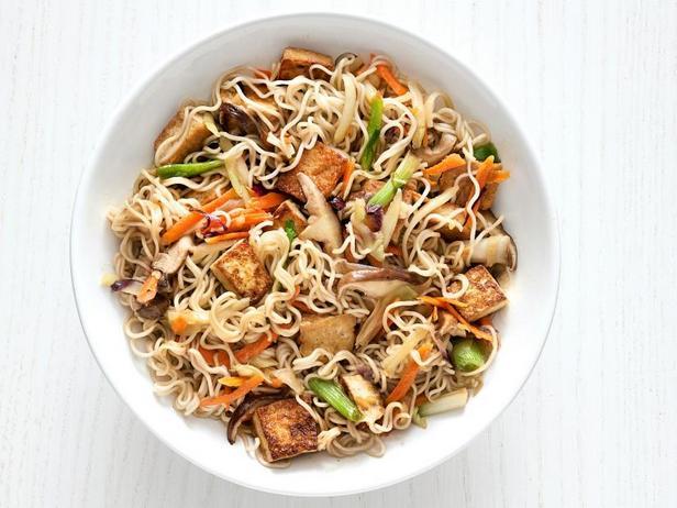 Фото Китайская лапша с грибами, тофу и овощами
