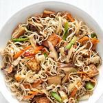 Китайская лапша с грибами, тофу и овощами