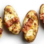 Дважды запечённый картофель с яичницей и беконом