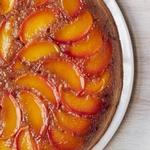 Пирог-перевёртыш с персиками и бурбоном