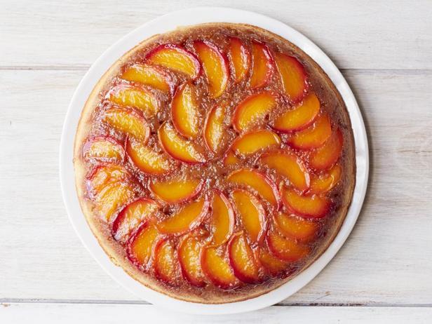 Фото Пирог-перевёртыш с персиками и бурбоном