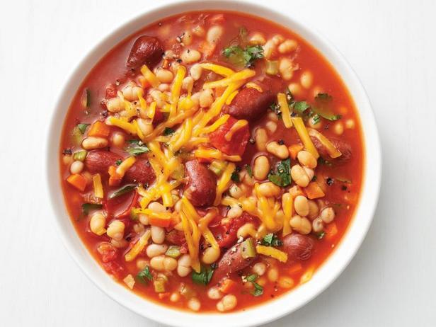 Суп с печёными бобами и копчёными колбасками