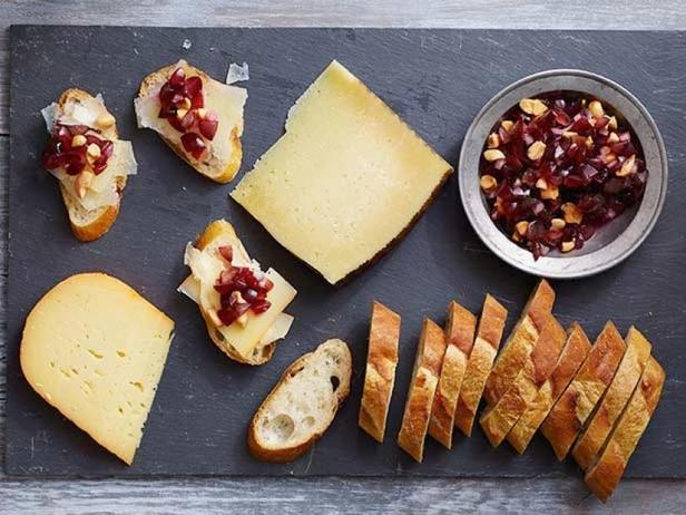Фото Сырная тарелка с виноградной тапенадой