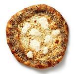 Белая пицца с кунжутом, маком и тмином