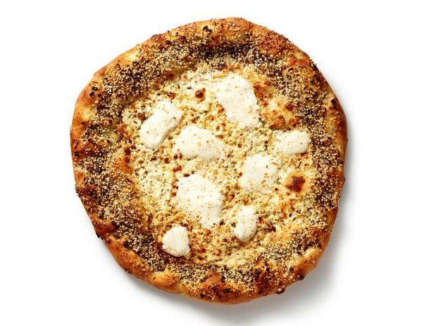 Фото Белая пицца с кунжутом, маком и тмином