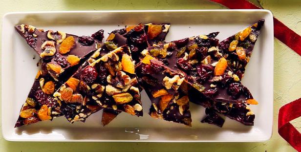 Фото Шоколадная плитка с кешью, курагой и клюквой