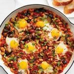 Рататуй с яичницей на сковороде