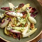 Салат из эндивия, груши и рокфора