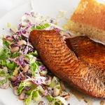 Жареная тилапия с салатом из фасоли «чёрный глаз»