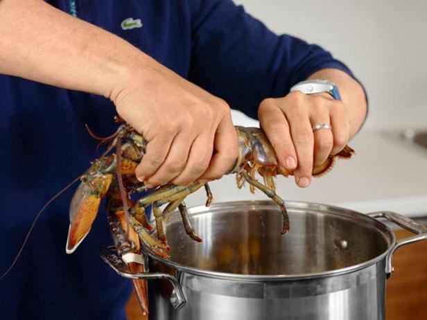 Держите омара над кастрюлей