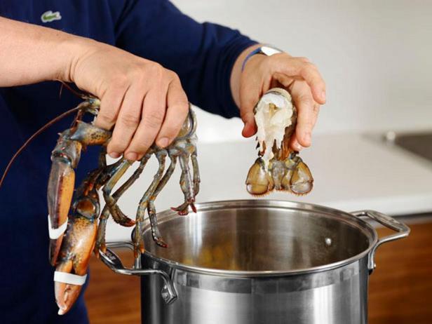 Отделите хвосты омаров и клешни и отварите