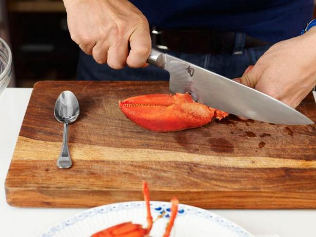 Надавите на нож или ударьте по нему, чтобы разрезать клешню