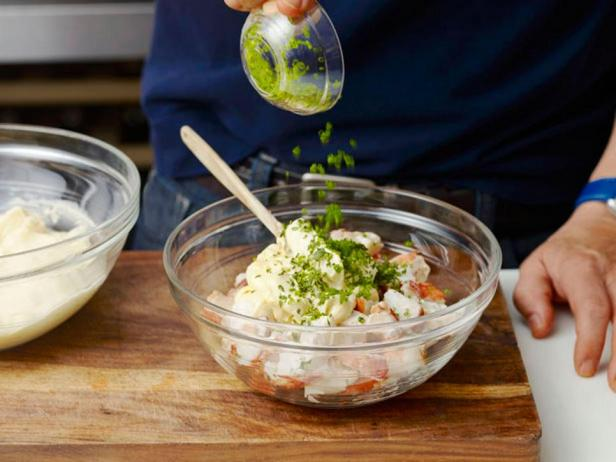 Приготовьте салат с мясом омара