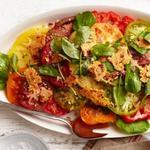 Салат из помидоров в заправке Цезарь с чипсами из бекона и пармезана