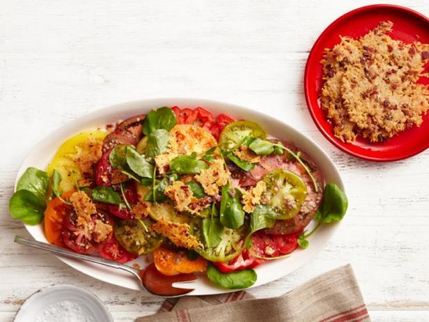 Фото Салат из помидоров в заправке Цезарь с чипсами из бекона и пармезана