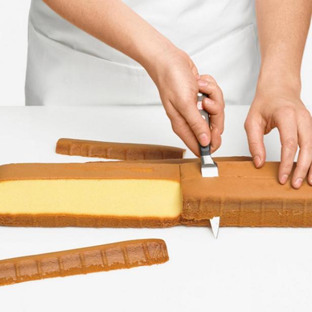 Срежьте края кекса под углом