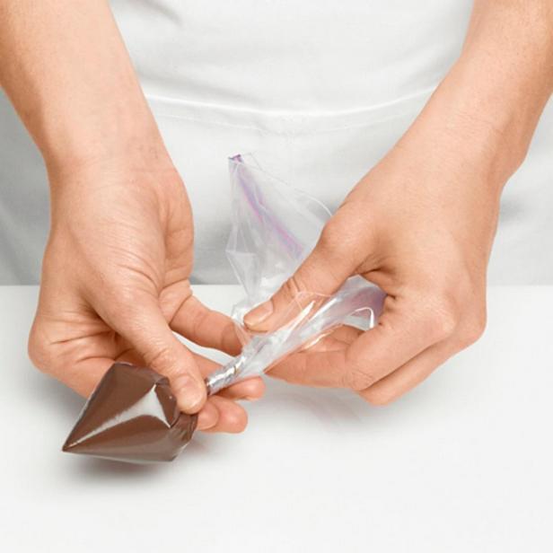 Растопите шоколадные гранулы и охладите массу