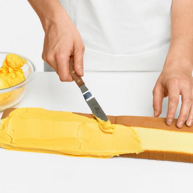 Покройте карандаш жёлтой глазурью