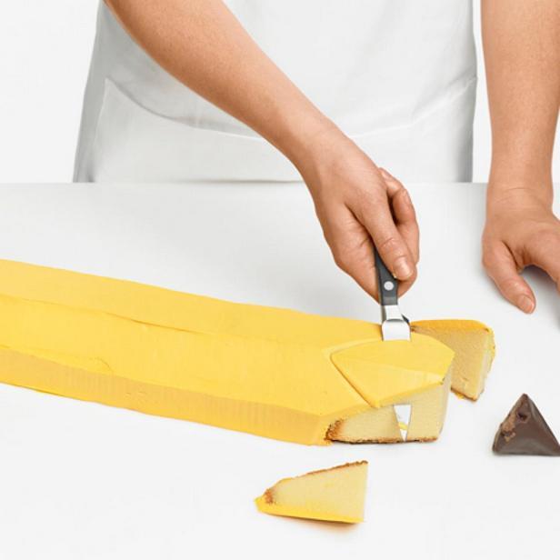 Срежьте кончик карандаша и прикрепите шоколадный конус