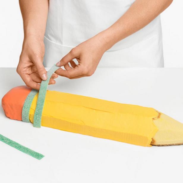 Прикрепите ластик и закройте стык мармеладной полоской