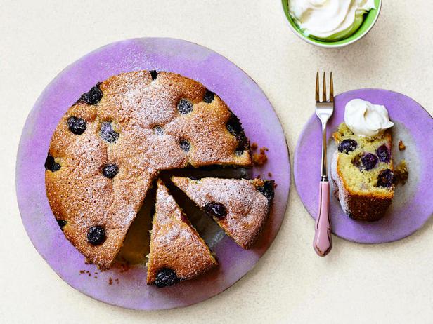 Фото Тёплый пирог с изюмом и виноградом на оливковом масле