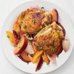 Хрустящая курица с персиками и сливами