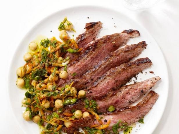 Жареный стейк с салатом из нута и кинзы