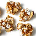 Попкорн в карамели с сушёными яблоками