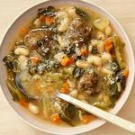 Суп с фрикадельками, фасолью и эскариолем