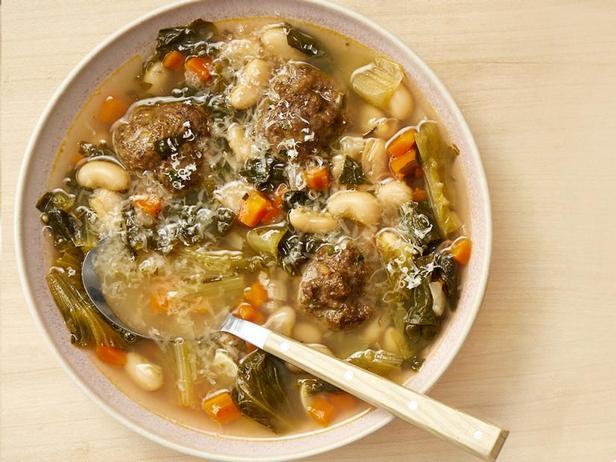 Фото Суп с фрикадельками, фасолью и эскариолем