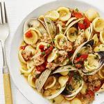 Паста орекьетте с моллюсками, колбасой и печёным перцем