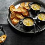 Суп из печёного чеснока и кростини с сыром азиаго