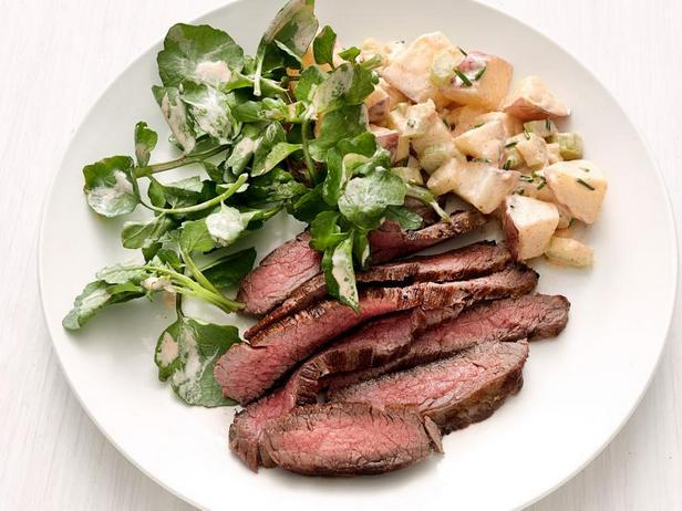 Стейк с картофельным салатом в заправке ранч