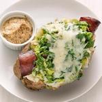 Печёный картофель с начинкой из колбасок и тушёной капусты