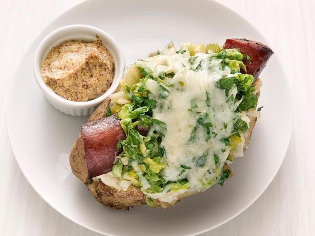 Фото Печёный картофель с начинкой из колбасок и тушёной капусты
