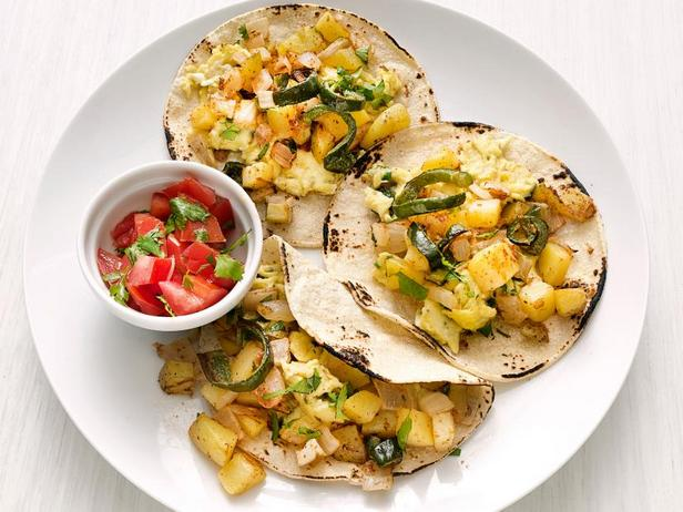 Фото Мексиканские такос с яичницей и картофелем