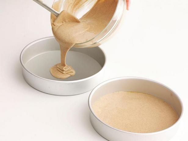 Замесите тесто из смеси и испеките коржи