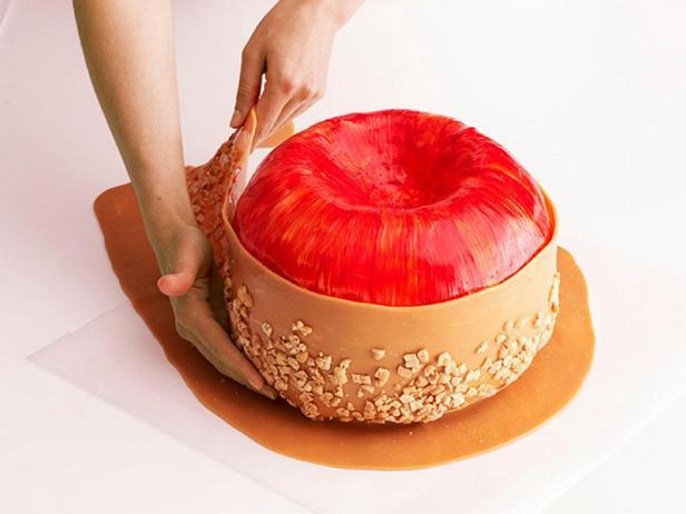 Оберните яблоко карамелью