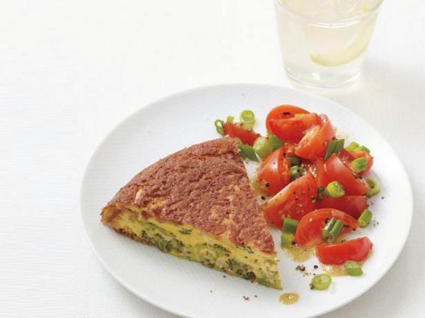 Фото Омлет с брокколи и салатом из помидоров