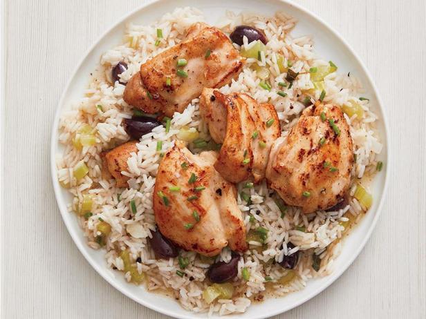 Фото Жареная курица и рис с оливками