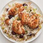 Жареная курица и рис с оливками