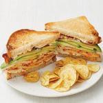 Сэндвичи с индейкой чипотле, беконом и авокадо