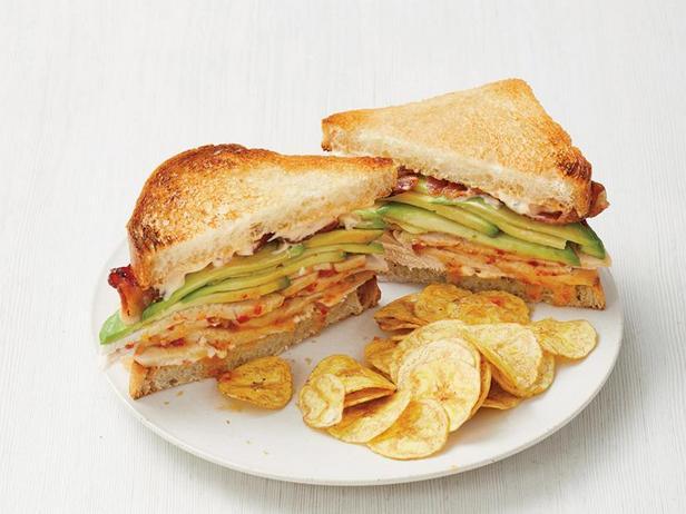 Фото Сэндвичи с индейкой чипотле, беконом и авокадо