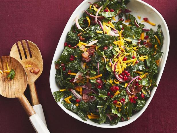Салат с капустой кейл и мускатной тыквой в тёплой заправке с беконом