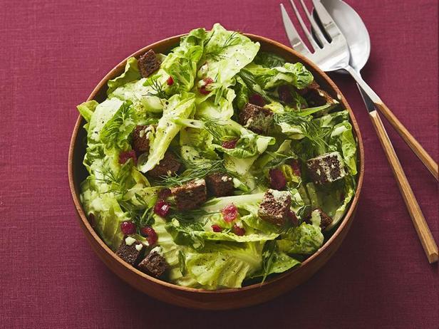 Зелёный салат с маринованной клюквой в кисломолочной заправке