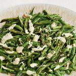 Жареная зелёная фасоль с соусом тахини