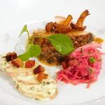 Жаркое из свиной корейки под горчичным соусом с лисичками
