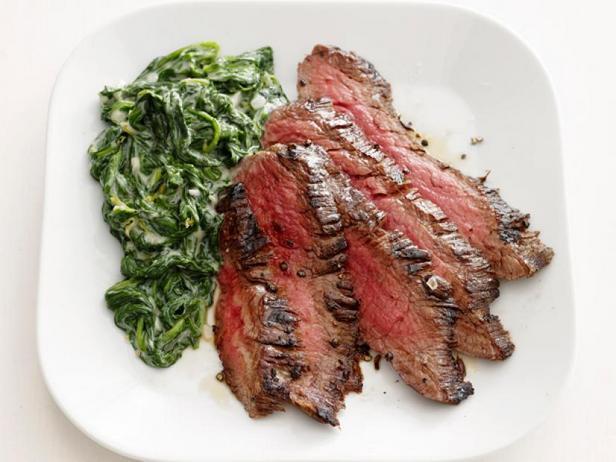 Фото Жареный стейк со сливочным шпинатом